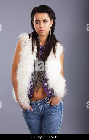 Stilvolle junge Frau im modernen pelzigen Jacke und Jeans - Stockfoto