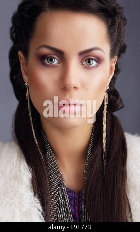 Porträt von pfiffigen Fotomodell mit lange Ohrringe - Stockfoto