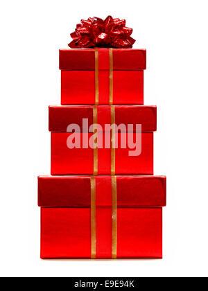 Stapel von roten Geschenk-Boxen mit Schleife und Bogen isoliert auf weiss - Stockfoto