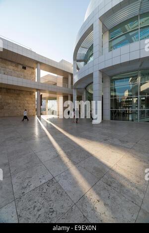 Blick über einen Platz im Getty Center in Los Angeles. - Stockfoto