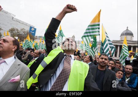Whitehall, London, UK. 26. Oktober 2014. Mehrere hundert Anhänger der Pro-Kashmiri beteiligen sich in der sogenannten - Stockfoto