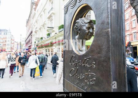LONDON, UK - 26. Oktober: Agatha Christie Buch geformt Denkmal mit belebten Straße im Hintergrund. Das Bronze-Denkmal wurde enthüllen