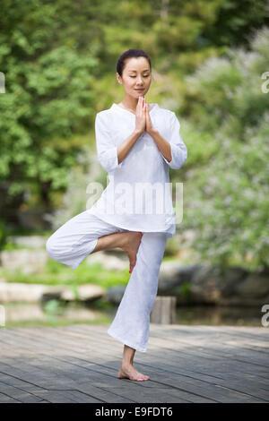 Junge Frau mit Yoga - Stockfoto