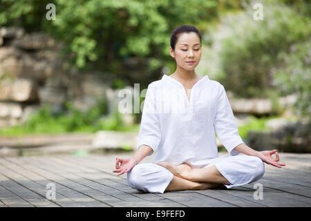 Junge Frau in der meditation - Stockfoto
