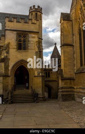 Stein bauen Gebäude mit einem Rundbogen und Stufen hinauf auf die Tür. - Stockfoto