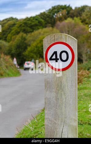 40 km/h kreisförmige Verkehrsschild auf eine aufrechte Pfosten - Stockfoto