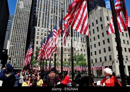 NYC: Amerikanische Flaggen wehen in Massen rund um den Platz am Rockefeller Center am Memorial Day - Stockfoto