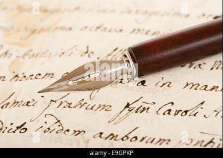 alte Bad Kugelschreiber auf alten Handschriften - Stockfoto