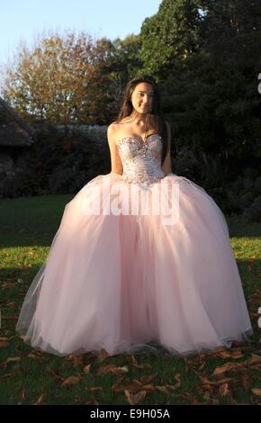 Teenager-Mädchen trägt eine rosa Prinzessin Stil Abendkleid Kleid UK ...
