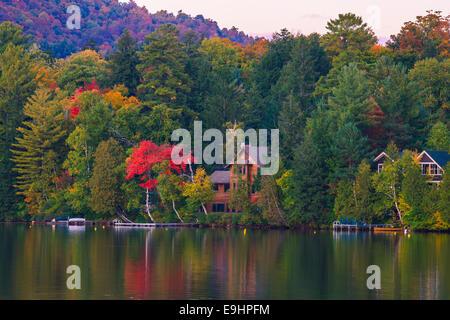 Herbstfarben am Mirror Lake in Lake Placid im Adirondack State Park im nördlichen Teil des New York State, USA - Stockfoto