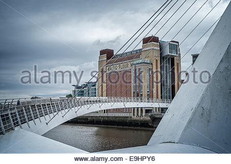 Die Ostsee-Zentrum, Newcastle-upon-Tyne, England über die Millennium Bridge angesehen. - Stockfoto