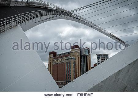 Die Ostsee-Zentrum, Newcastle-upon-Tyne, England unter die Millennium Bridge in der offenen Swing-Position angezeigt. - Stockfoto
