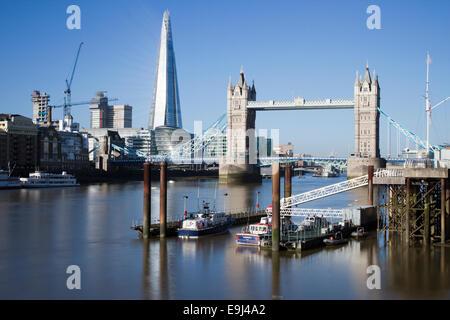 Die Scherbe funkeln im Licht frühen Morgens von St. Katharine Dock in London, England gesehen. - Stockfoto
