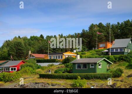 Die kleine norwegische Insel Zelten in den Oslofjord mit seinen bunten Häusern - Stockfoto
