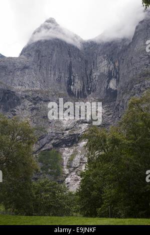 Die Troll Wand und Troll Gipfel in Romsdalen Tal in Norwegen. - Stockfoto