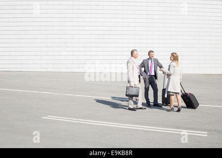 Geschäftsleute mit Gepäck Kommunikation auf Straße - Stockfoto