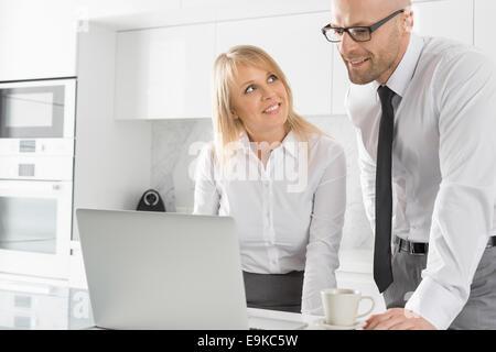 mann der mit seiner familie im hintergrund auf einem. Black Bedroom Furniture Sets. Home Design Ideas