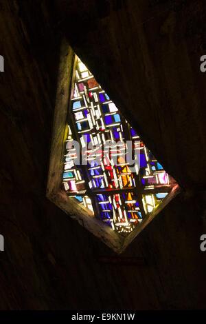 Einer der die Glasfenster der Kirche von Notre Dame in Royan Frankreich - Stockfoto