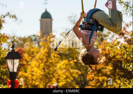 Mädchen machen Purzelbäume während Prellen auf einen Bungee-Sprung auf dem Snellville Herbstfestival in der Nähe - Stockfoto