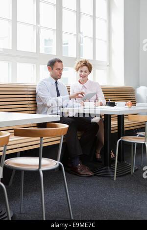Kollegen mit einem digitalen Tablet in einen Business-lunch - Stockfoto