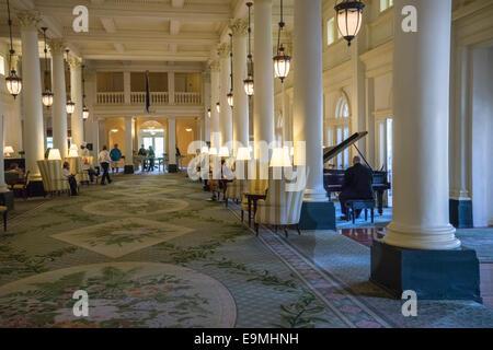 Vereinigte Staaten, Virginia, heißen Quellen, Homestead Resort Lobby des Hotels mit Mann Klavier zu bezahlen. - Stockfoto