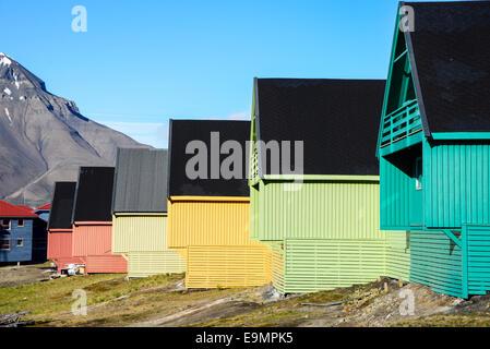 Bunte Holzhäuser in Longyearbyen, Svalbard. - Stockfoto