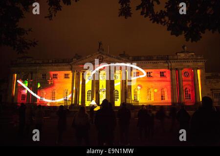 Historische Gebäude beleuchtet in York mit Kunstwerken rund um die Straßen der Stadt während der Festival 2014. - Stockfoto