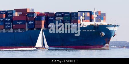 THENDARA, wird im Wettbewerb mit British Classic Week Panerai Regatta Segeln durch die Beschleunigung Containerschiff - Stockfoto