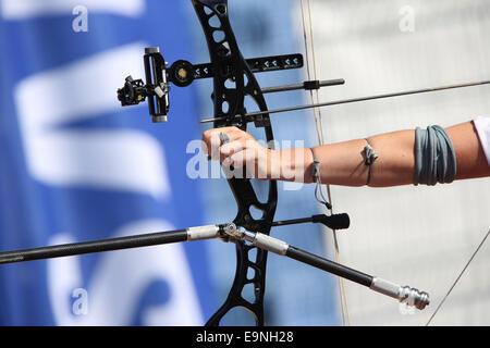 Pfeil und Bogen in den Händen eines Bogenschützen. - Stockfoto