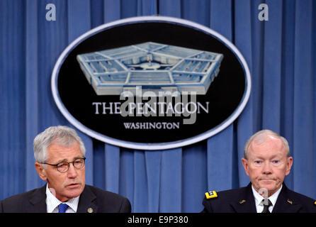 Washington, DC, USA. 30. Oktober 2014. US-Verteidigungsminister Chuck Hagel (L) und Vorsitzender der Joint Chiefs - Stockfoto
