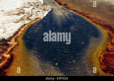 Überlauf des Rainbow Pool im Black Sand-Becken im Yellowstone-Nationalpark, Wyoming - USA - Stockfoto
