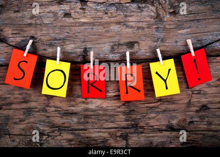 Das Wort danke auf bunten Tags in einer Zeile auf Holz - Stockfoto