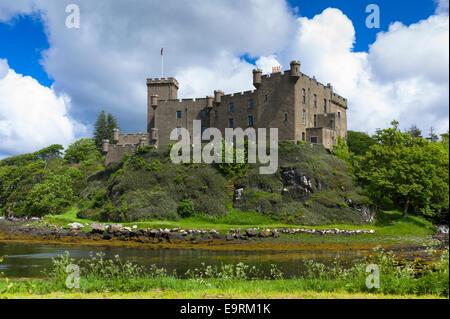 Highland Festung Dunvegan Castle, der Stammsitz der Highlands des Clan MacLeod und Loch auf der Isle Of Skye, Schottland - Stockfoto