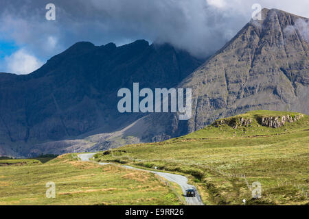 4 x 4-4-Rad-Antrieb-Fahrzeug von Cuillin Gebirge auf Isle Of Skye in den Highlands und Inseln Schottlands - Stockfoto
