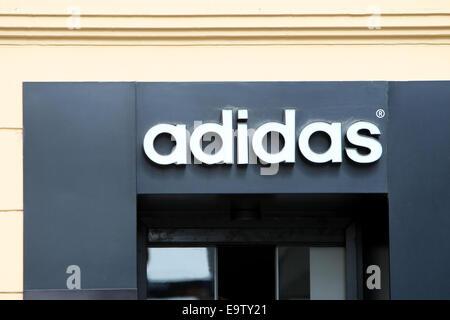 ZAGREB, Kroatien - 24 Februar: Adidas-Logo auf den Eingang des Ladens am 24. Februar 2014 in Zagreb, Kroatien. - Stockfoto
