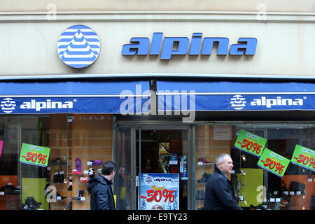 ZAGREB, Kroatien - 24 Februar: Menschen auf der Straße vorbei an der Alpina-Schaufenster auf 24. Februar 2014 in - Stockfoto