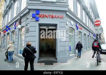 ZAGREB, Kroatien - 24 Februar: Menschen auf der Straße vorbei an der Kentbank-Bank auf 24. Februar 2014 in Zagreb, - Stockfoto