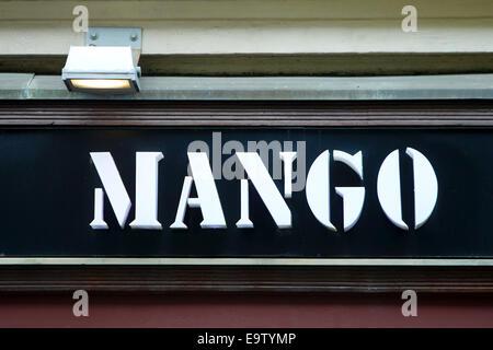 ZAGREB, Kroatien - 24 Februar: Nahaufnahme von Mango-Logo über dem Store am 24. Februar 2014 in Zagreb, Kroatien. - Stockfoto