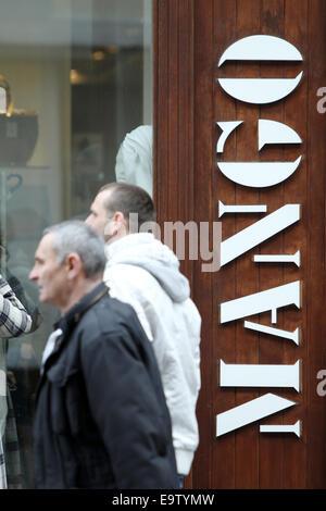 ZAGREB, Kroatien - 24 Februar: Menschen auf der Straße, vorbei an einem Mango-Shop am 24. Februar 2014 in Zagreb, - Stockfoto
