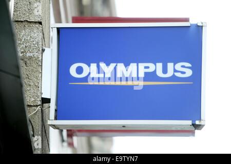 ZAGREB, Kroatien - 24 Februar: Nahaufnahme von Olympus Logo Zeichen am 24. Februar 2014 auf der Straße von Zagreb, - Stockfoto