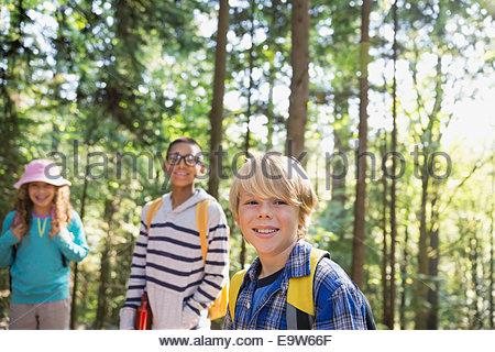 Porträt von lächelnden jungen und Mädchen im Wald - Stockfoto