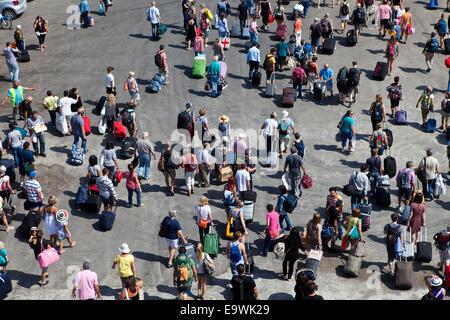 Tourist verlässt die Fähre - Stockfoto