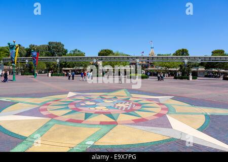 Blick Richtung Drehsperren und Monorail am Eingang zum Disneyland Resort in Anaheim, Orange County, in der Nähe - Stockfoto