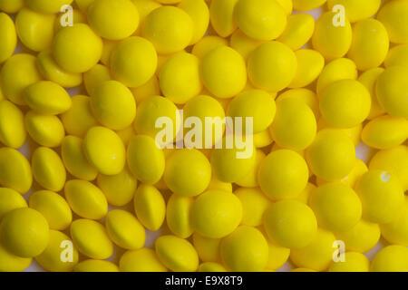 Hintergrund der beschichteten gelbe Süßigkeiten - Stockfoto