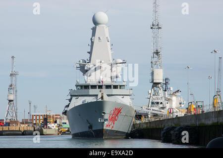 HMS Dragon (D35), dargestellt Neben an ihrem Haus Hafen von Portsmouth Naval Base, UK am 5. Oktober 2014. - Stockfoto