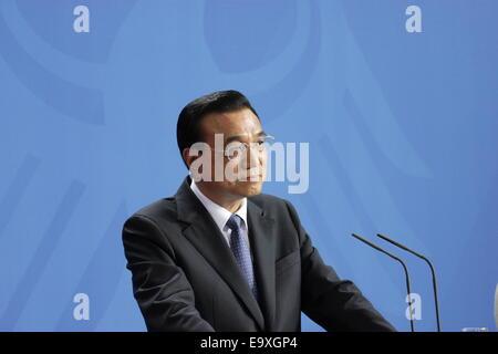 Li Keqiang und Angela Merkel abhalten Pressekonferenz bei offiziellen Besuch am 10. Oktober 2014 in Berlin, Deutschland - Stockfoto