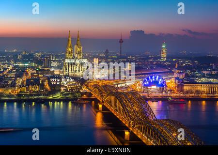 Köln in der Abenddämmerung - Stockfoto