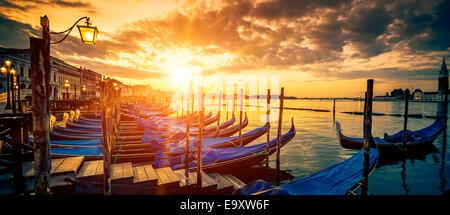 Panorama von Venedig mit Gondeln bei Sonnenaufgang, Italien - Stockfoto