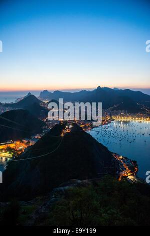 Blick vom Zuckerhut oder Pão de Açúcar bei Sonnenuntergang, Rio De Janeiro, Brasilien - Stockfoto