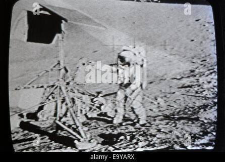 Erste Mondlandung 20. Juli 1969 Astronauten fotografiert in Echtzeit auf das Fernsehen in Los Angeles, Kalifornien - Stockfoto